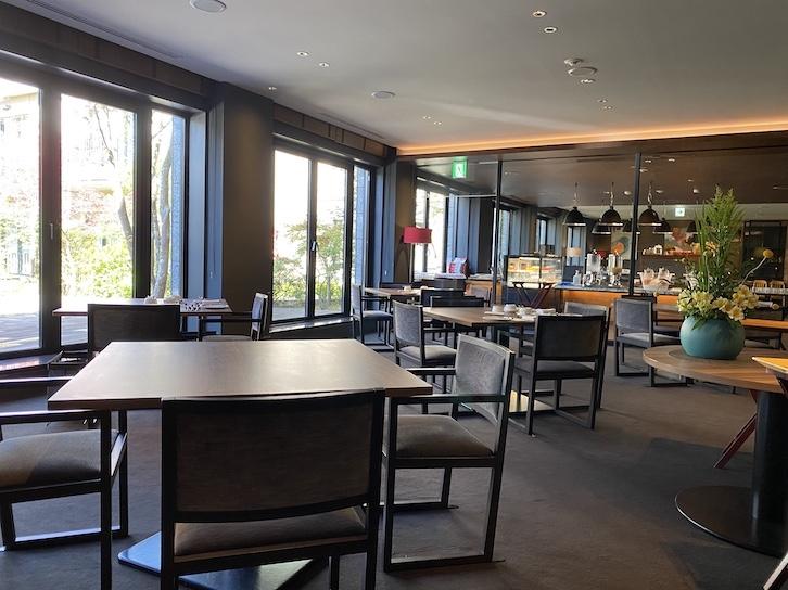 旧軽井沢KIKYOキュリオ・コレクションbyヒルトンの朝食:レストランの内観(テーブル席)