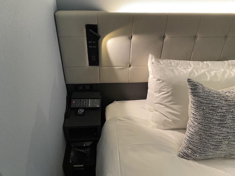 ザロイヤルパークキャンバス銀座8の客室:ベッドサイド