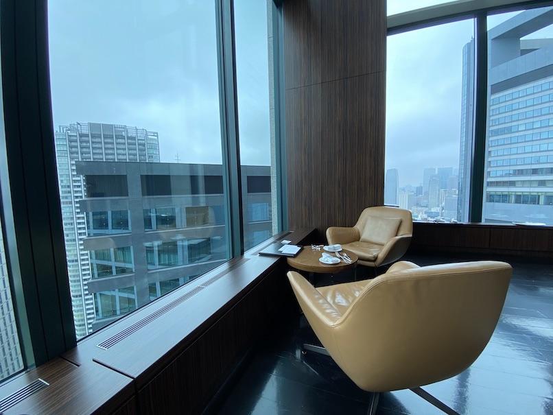 コンラッド東京「トゥエンティエイト」:窓際テーブル席