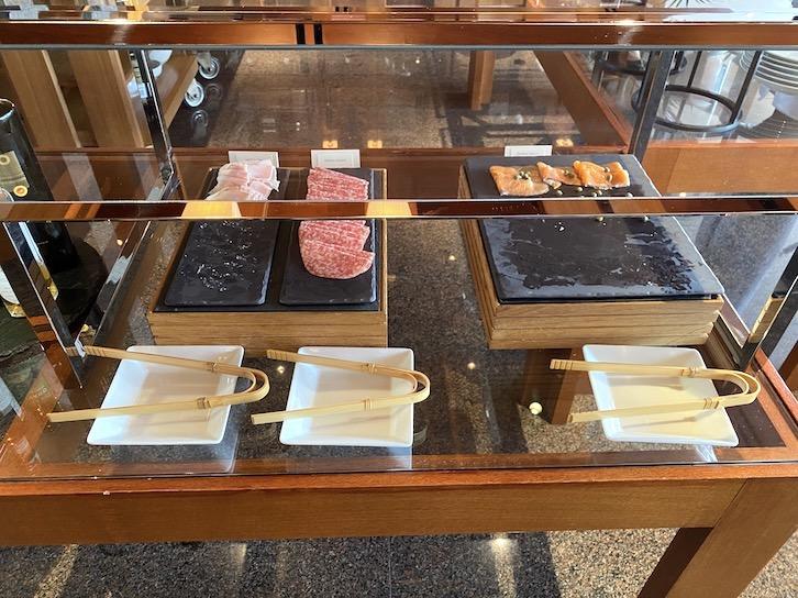 パークハイアット東京の朝食:ビュッフェ(ハム、サラミ、サーモン)