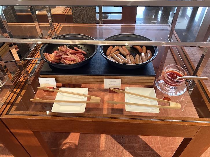 パークハイアット東京の朝食:ビュッフェ(ベーコン、ソーセージ)