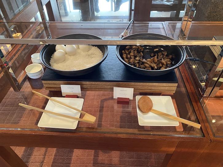 パークハイアット東京の朝食:ビュッフェ(目玉焼き、きのこ)