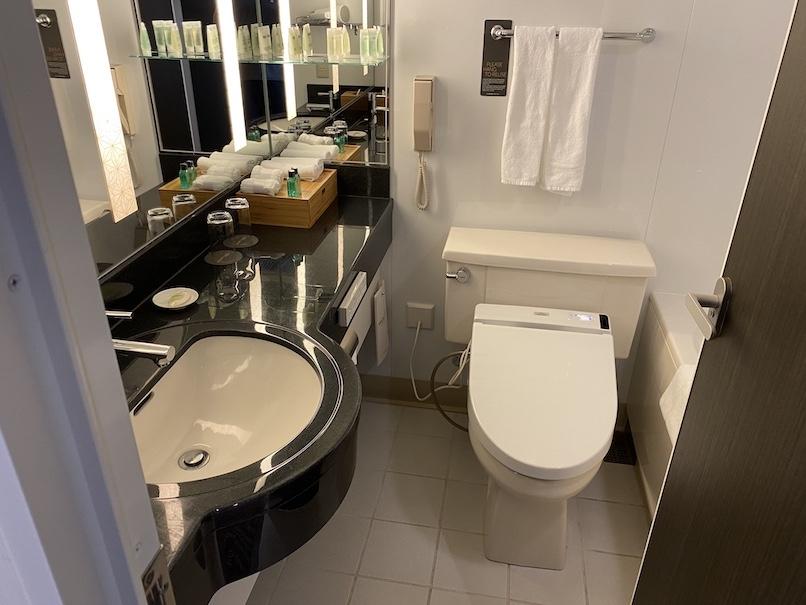 コートヤード銀座 宿泊記:バスルーム(洗面台&トイレ)