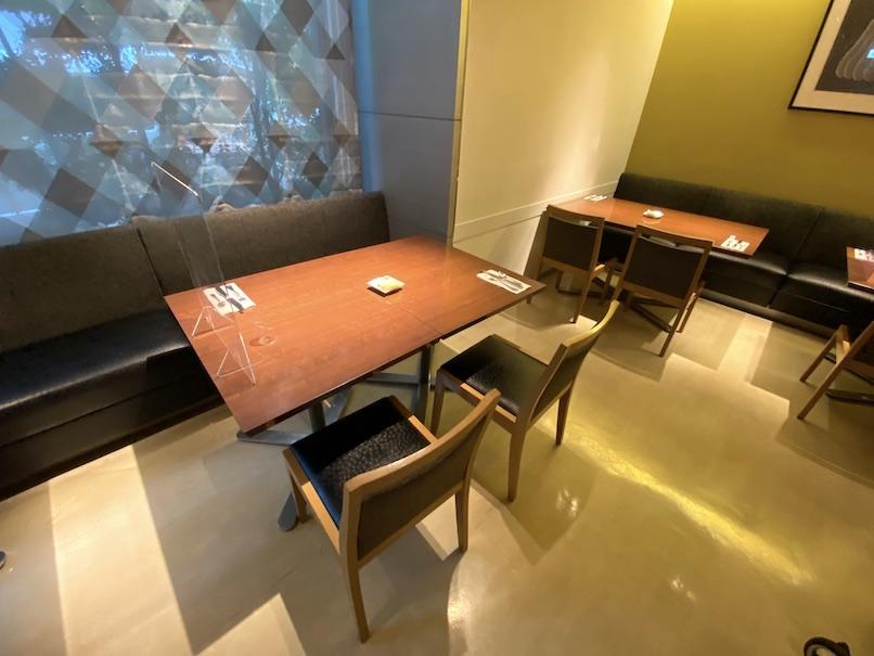 コートヤード銀座:レストラン「フィオーレ」のテーブル&チェア