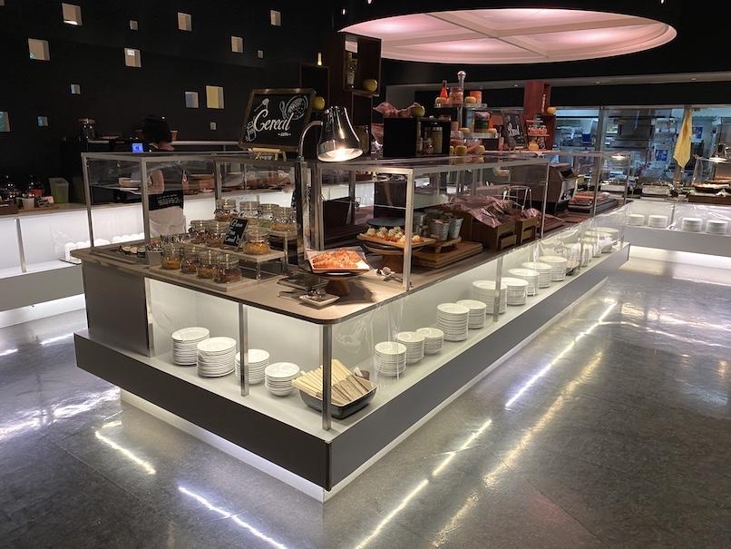 コートヤード銀座:レストラン「フィオーレ」のビュッフェテーブル