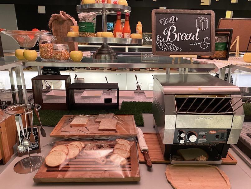 コートヤード銀座の朝食:ビュッフェカウンター(パン)