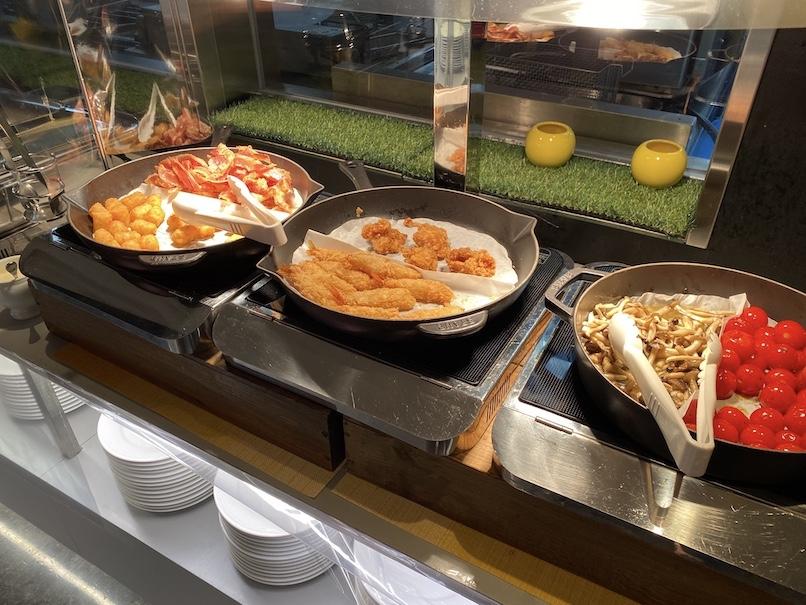 コートヤード銀座の朝食:ビュッフェカウンター(ベーコン&エビフライ)