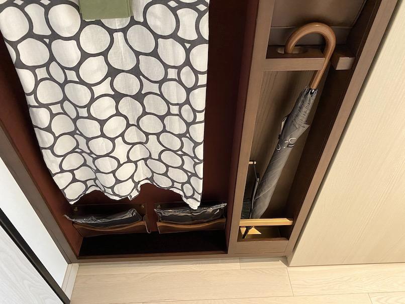 キンプトン新宿東京 客室:クローゼット(傘、スリッパ、靴べら)