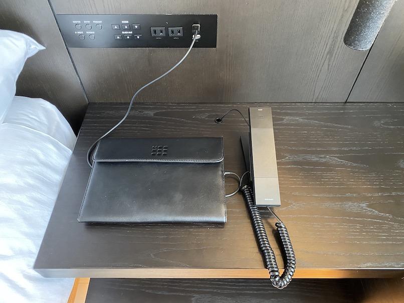 キンプトン新宿東京 客室:サイドデスク(ボタンコントロール)