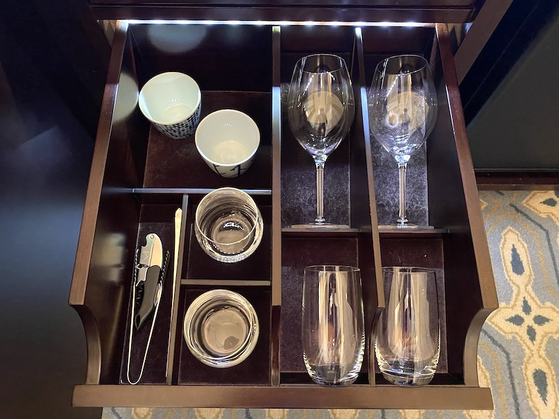 東京ステーションホテルの客室:ミニバー(グラス&カップ)