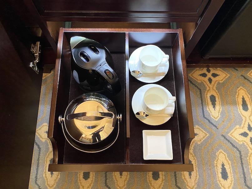 東京ステーションホテルの客室:ミニバー(ポット&アイスペール)