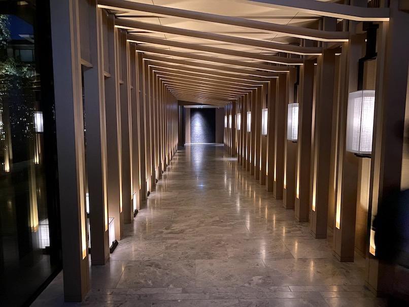 HOTEL THE MITSUI KYOTO(ホテルザ三井京都)の夜のロビー:廊下(ライトアップ)